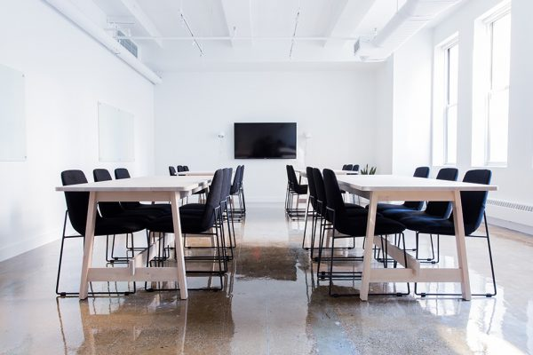 Kaip taisyklingai sėdėti prie stalo dirbant biure ar ofise prie kompiuterio?